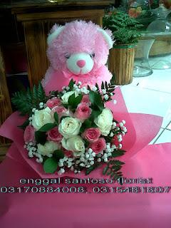 rangkaian bunga tangan dan boneka
