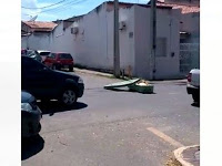 Caixão cai do carro da funerária e corpo fica exposto no meio da rua em Sobral