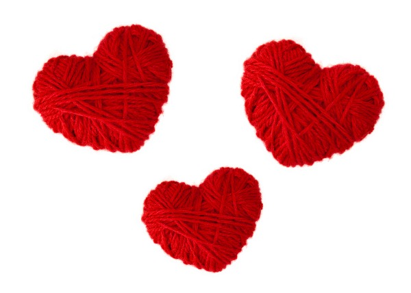 YARN HEARTS: an easy & fun craft for kids! Makes a great kid-made gift for loved ones! #heartcraft #craftforkids #valentinescraftforkids #kidmadegift