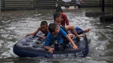 Banjir Dimanfaatkan Anak-anak di Bone Untuk Jadi Arena Bermain