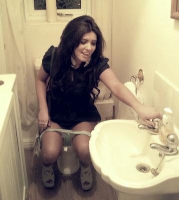 школьница писает в туалете