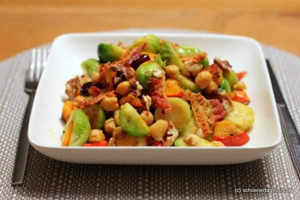 Rosenkohl-Kürbis-Salat mit Kichererbsen und Speck