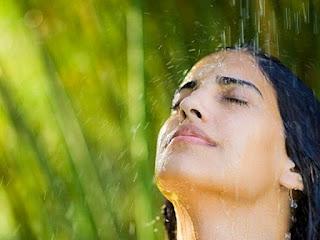 Wanita cantik sedang mandi