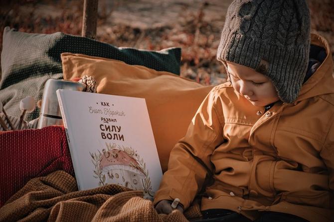 Anak dan buku bacaan - sumber unsplash