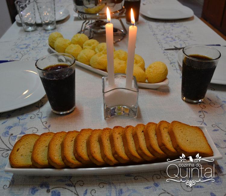 Torradas, pão de queijo, coca-cola: meu fondue tem de tudo e tem JO Decor para ajudar a organizar a mesa =)