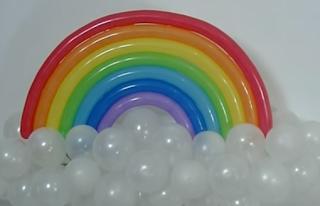 Einfache Ballonmodellage eines Regenbogens über eine Ballonwolke.