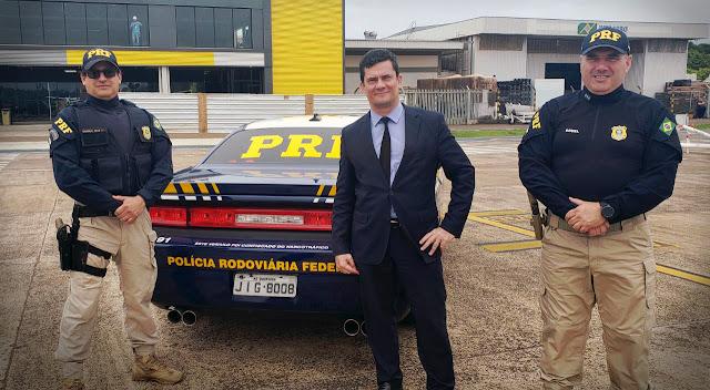 Sérgio Moro ao lado de policiais da PRF