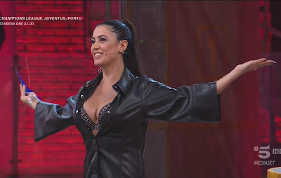 Claudia Ruggeri abbigliamento camicia ecopelle nera 9 marzo