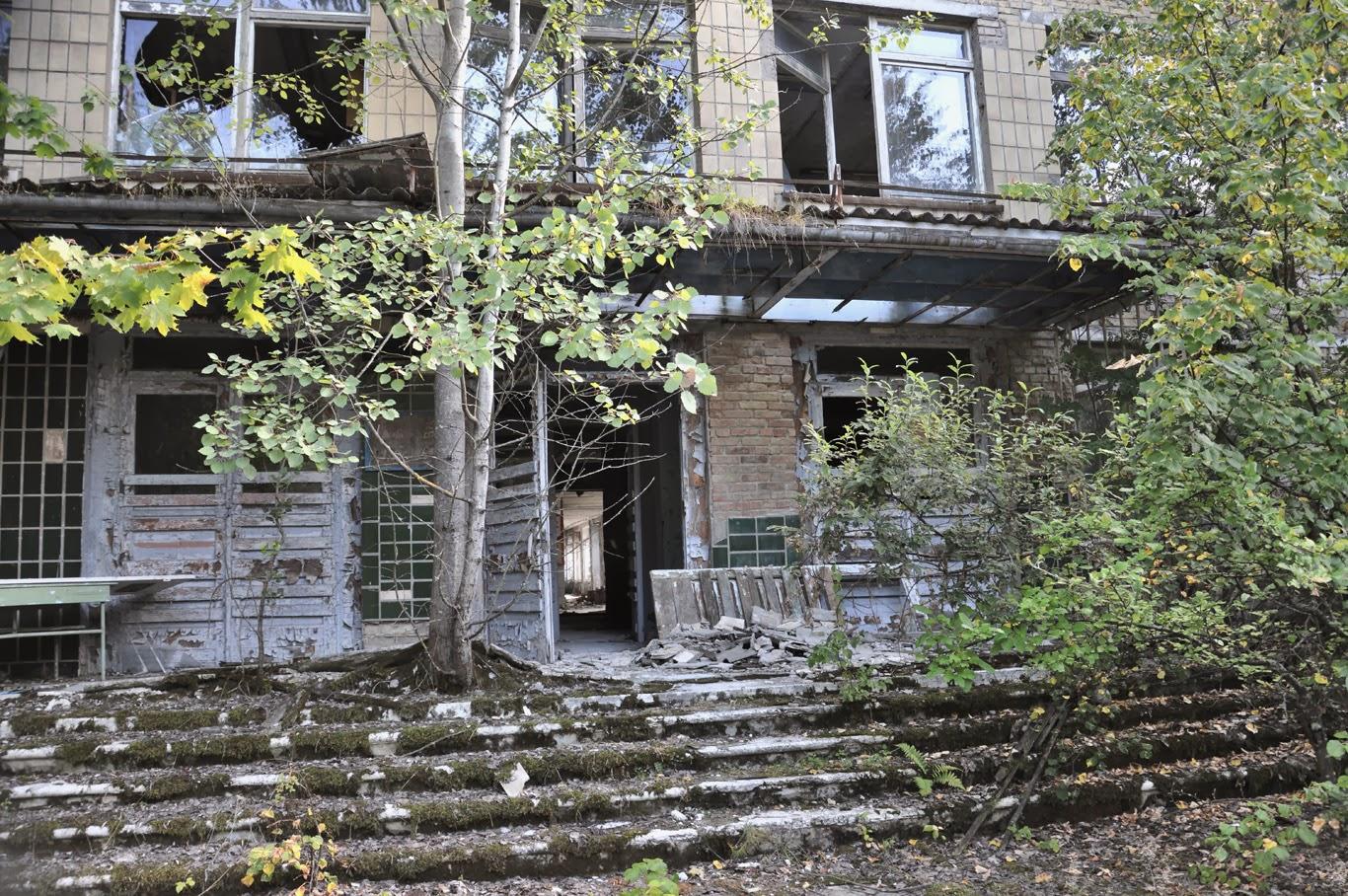 crumbling buildings czernobyl prypeć