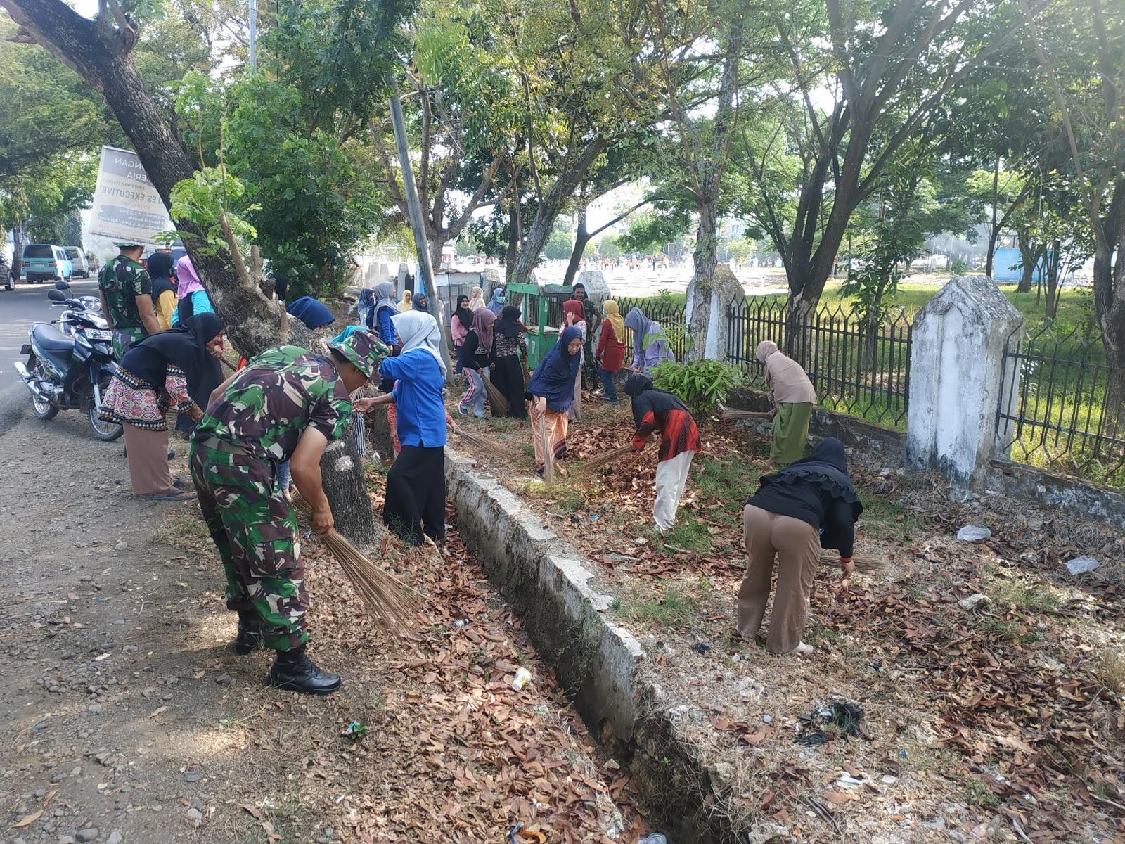 Sinergitas TNI-POLRI, Pemkab Bone dan Masyarakat Sambut Hari Pahlawan Bersihkan TMP