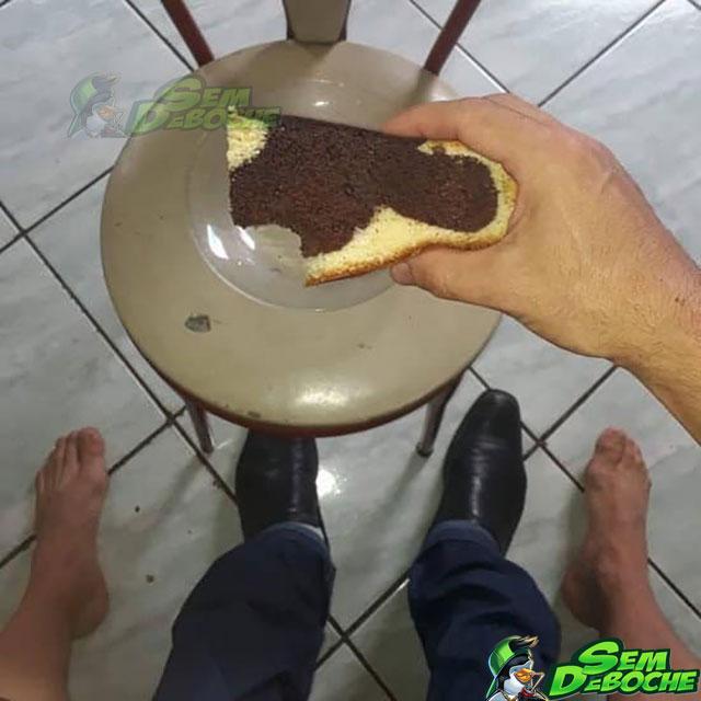 Comendo bolo no colo do amigo