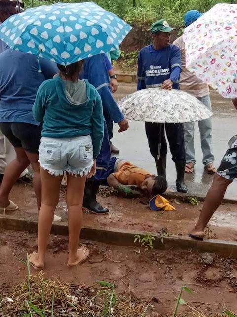 Gari morre ao cair de veículo de coleta de lixo em Aliança