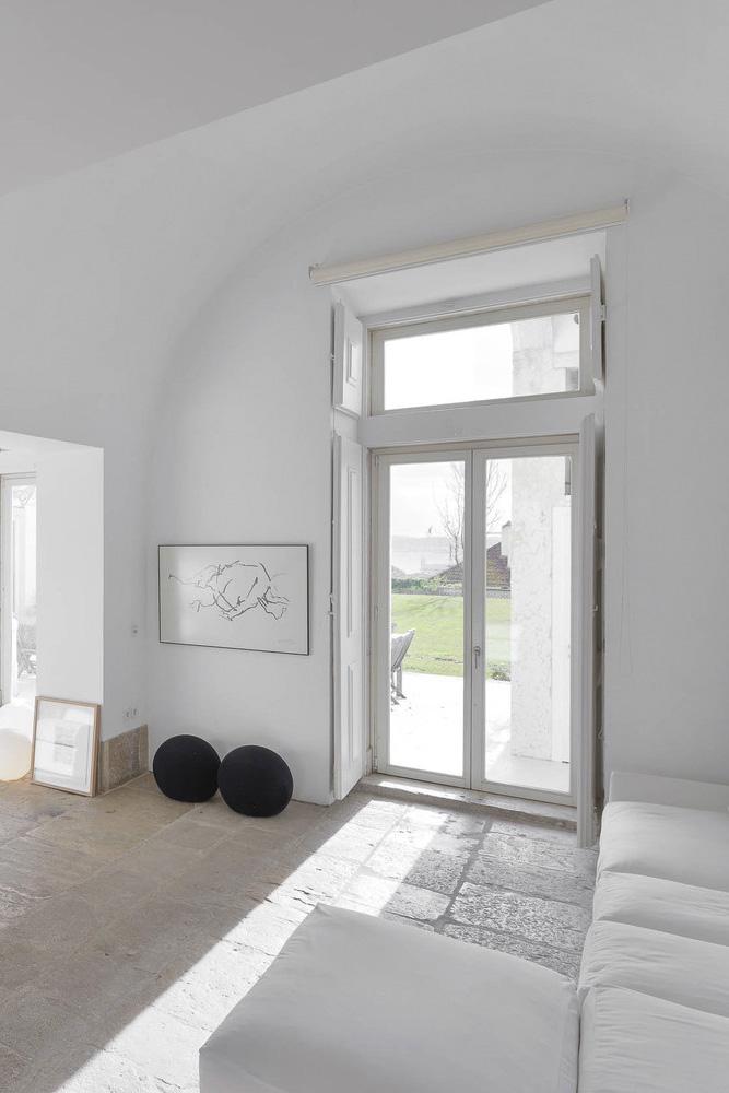 Un salón maravilloso en estilo minimalista con objetos de diseño y de arte