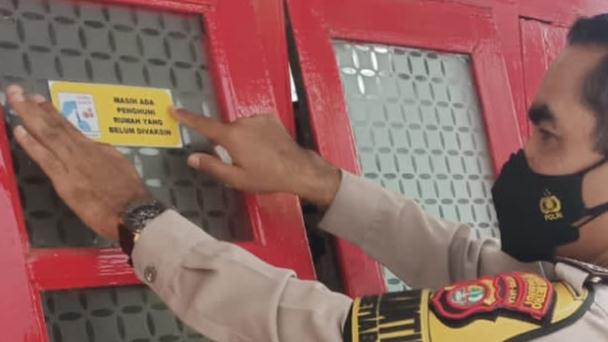 Aksi Tempel Stiker 'Belum Divaksin' Tuai Beragam Kritikan: Mending Bawa Saja Vaksinnya ke Rumah Warga