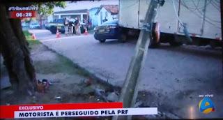 Motorista tenta fugir da PRF, bate e derruba poste em cima de caminhão em João Pessoa