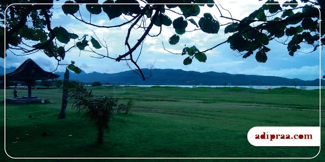 Hamparan Rumput Hijau di Pantai Teleng Ria | adipraa.com