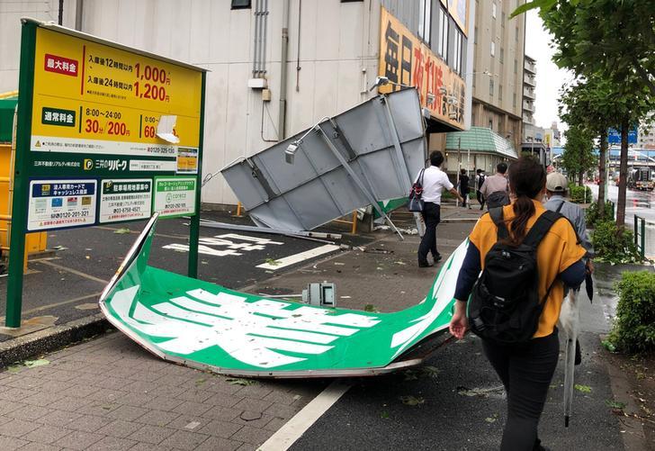 Los carteles publicitarios caídos pueden verse en Tokio este lunes (Foto: REUTERS / Kiyoshi Takenaka)