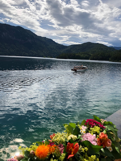 Bootsfahrt, Sommerabend, Blütengirlande, Hochzeit am See, Berghochzeit, mountain wedding, destination wedding Germany, heiraten in Bayern, Eibsee, Grainau, Zugspitze, Hochzeitsplanerin Uschi Glas, wedding in Bavaria, Sommerhochzeit 2019