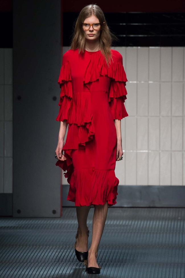 Gucci 2015 AW Red Layered Silk Satin Georgette Plisse Ruffle Dress on Runway