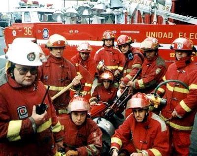 Foto de bomberos con sus instrumentos de trabajo