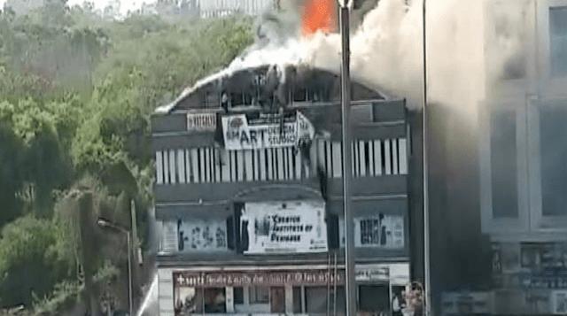 Βίντεο σοκ από την Ινδία: Μαθητές πηδάνε από τον τελευταίο όροφο φλεγόμενου κτιρίου  - 18 νεκροί