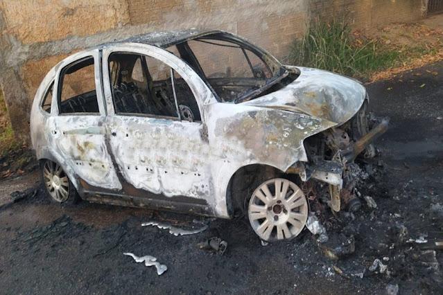 SINISTRO: Automóvel é destruído por incêndio após se chocar contra muro