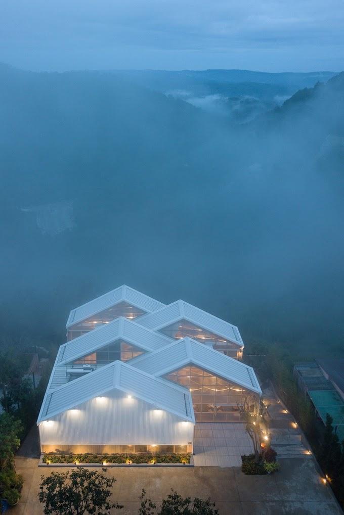 Quán cà phê xịn xò, view mây núi ở Đà Lạt
