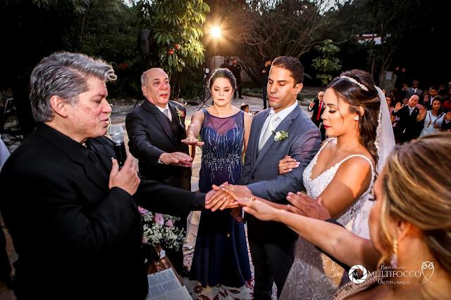 Sítio Geranium, Hyathama Pires, Multifocco, Leilah Cerqueira, casamento a céu aberto, casamento rústico, boho, decoração de casamento, decoração colorida, fotos românticas, foto com madrinhas, madrinhas iguais, Foto com padrinhos, noiva, noivo, altar, benção