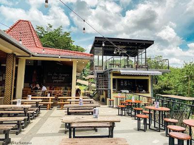 Lantai dua cafe yang terletak di atas area bartender