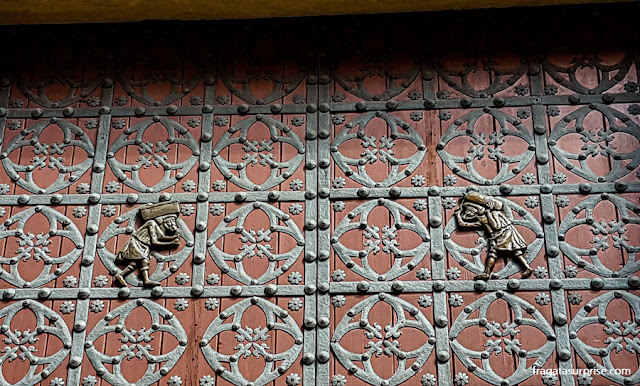 Imagem dos estivadores de Barcelona na porta principal da Igreja de Santa Maria del Mar