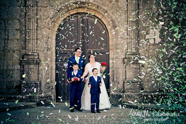 photo sortie des mariés devant église des épesses