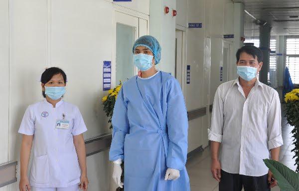 Chàng trai khỏe mạnh đi dạo cùng bố trong hành lang bệnh viện