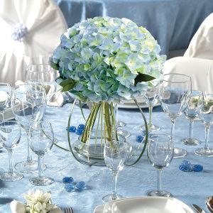A decoração com hortênsias é luxuosa e dá um clima todo especial a diversos eventos.   Com ares sofisticados, elas podem ser usadas  em arranjos de casa, em mesas, igrejas e até em buquês de noivas.  São flores muito versáteis e ficam bonitas quando colocadas em conjunto, misturando cores e também unindo com outras flores. Elas adaptam a diferentes estilos e ambientes, combinando com decorações formais e ainda com cerimônias ao ar livre.