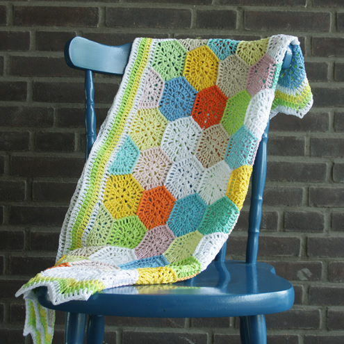 Fresh like spring: a crochet hexagon blanket | Happy in Red
