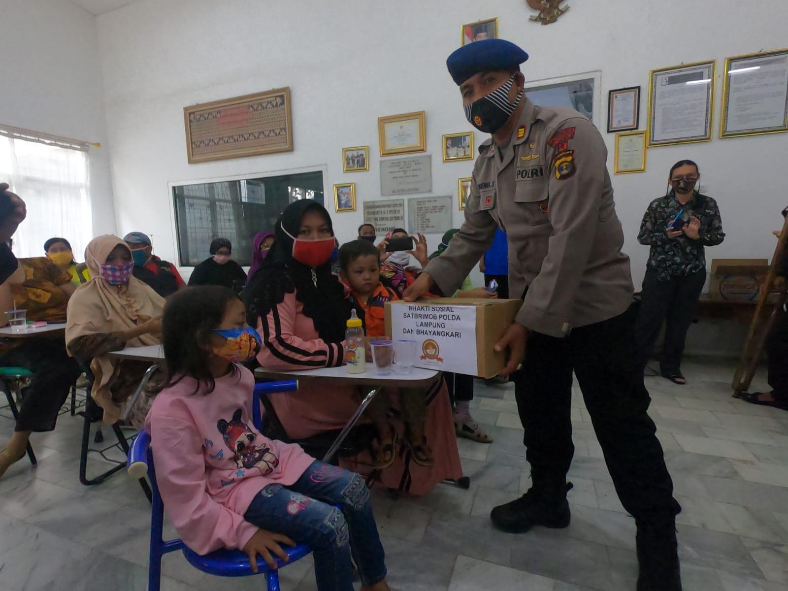 Dansat Brimobda Lampung, Kombes Pol. Donyar Kusumadji, S.I.K Himbau ajak anak buahnya untuk.memberikan bantuan kepada  penyandang disabilitas