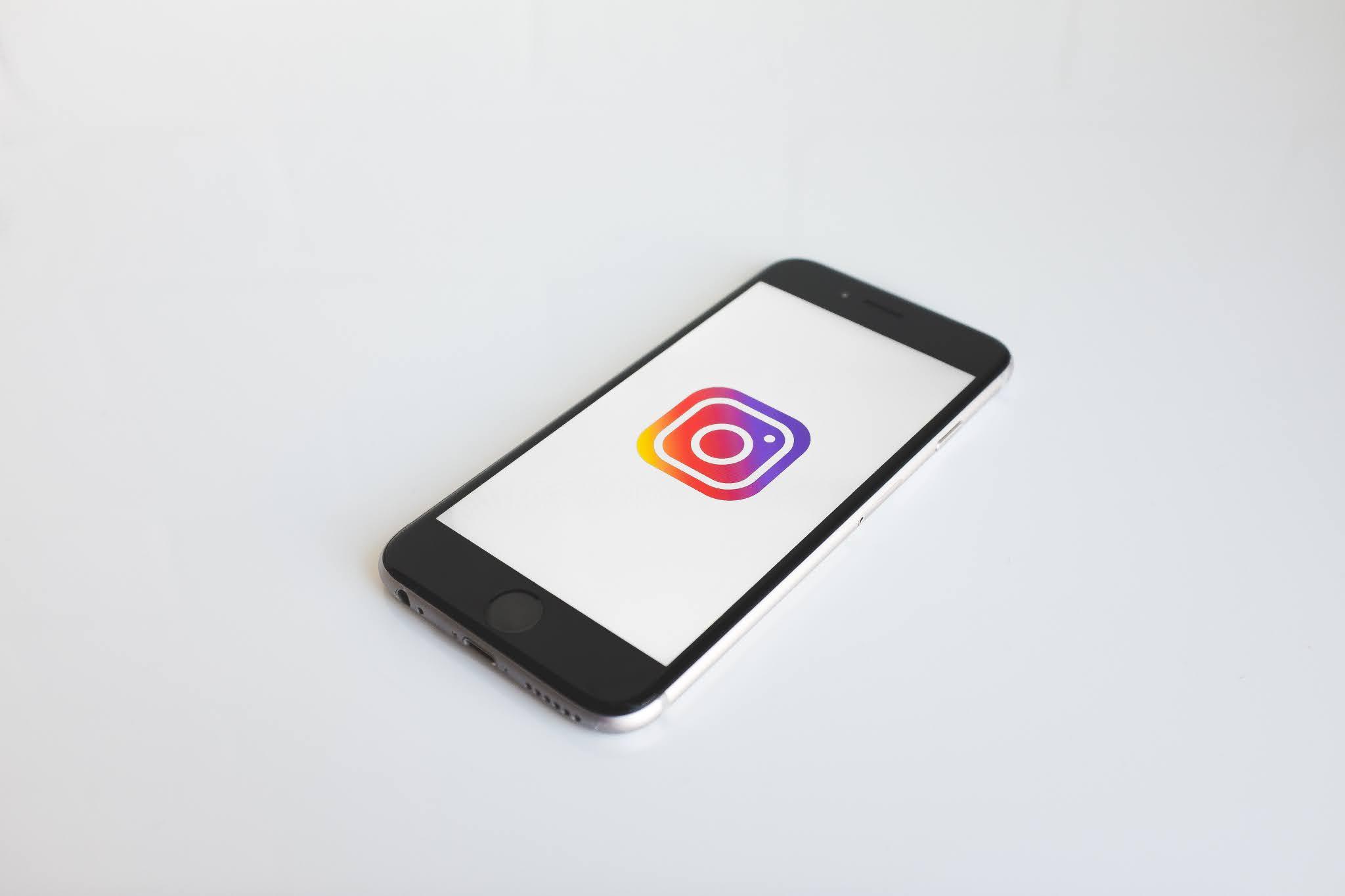 صورة لهاتف ما وعليه شعار البرنامج الشهير إنستغرام