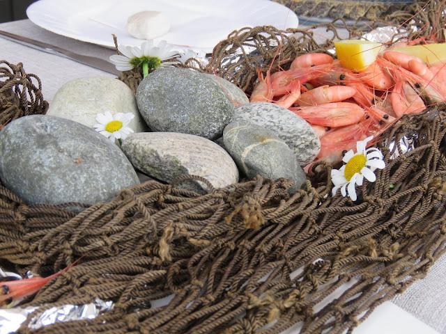 Enkel borddekking til familiens sommerfest på hytta - bruk av elvestein er effektfullt IMG_5365 (2)-min