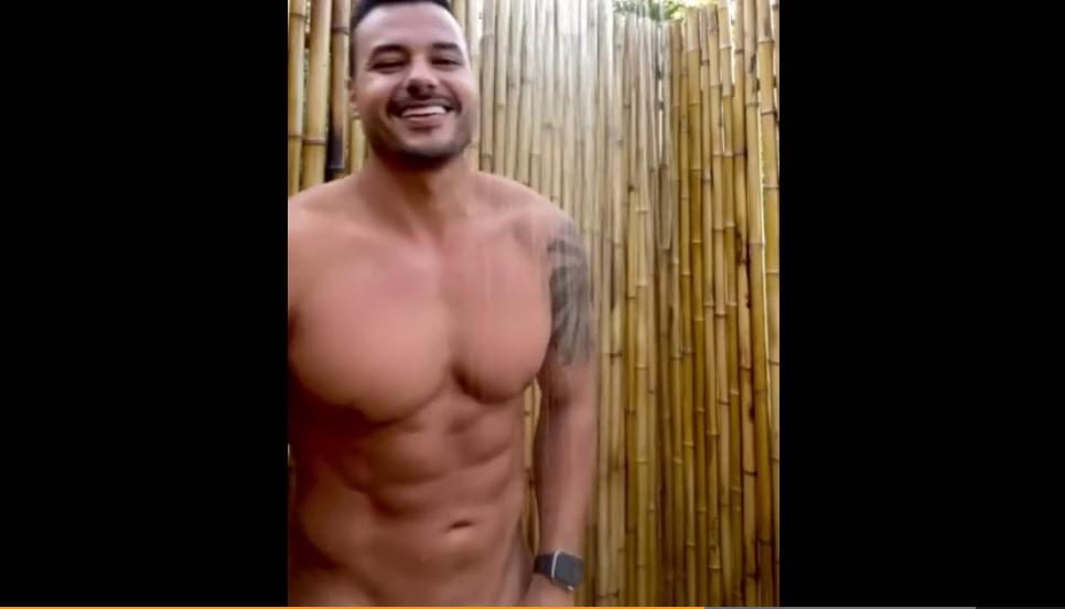 concursante de desafio desnudo en la ducha