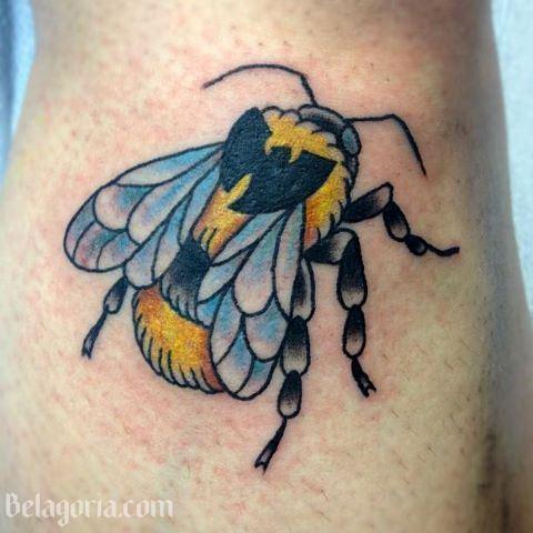 precioso tatuaje de abeja amarilla