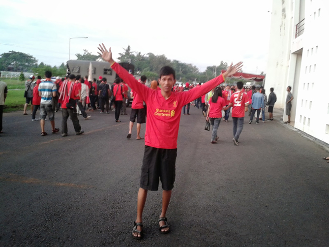 Mengabadikan diri sebelum masuk stadion