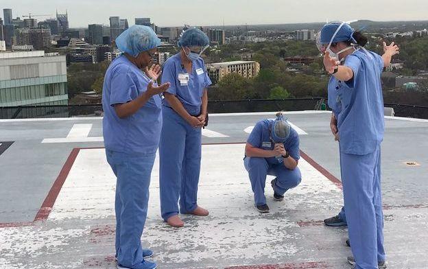 Enfermeras orando