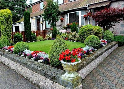 Desain Taman Depan Rumah Bergaya Minimalis Modern Dengan tanaman bunga warna-warni
