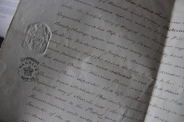 Foto imagem de um livro de cartório onde está sendo registrada uma escritura pública de imóvel mostrando parte do documento com o selo do cartório