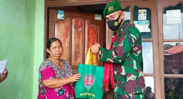 TNI Bagi Sembako Jelang HUT Kodam Pattimura