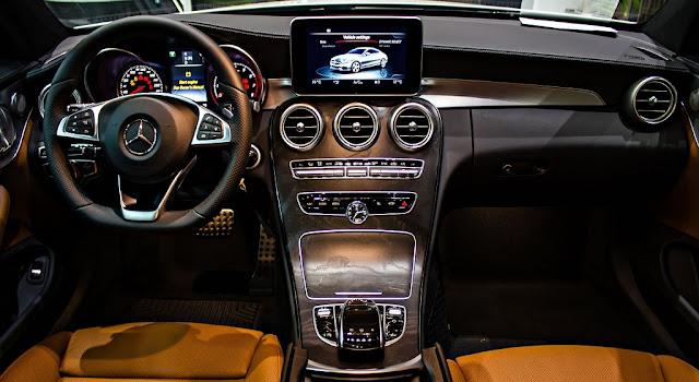 Bảng taplo Mercedes C300 Coupe 2017 thiết kế nổi bật nhờ màn hình màu TFT 8.4-inch và các cánh cửa gió của Hệ thống điều hòa