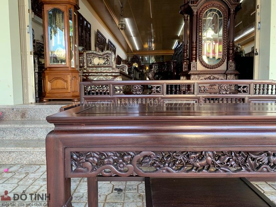 tựa ghế hay liễu bàn, liễu ghế với những hoa văn đục chạm mang đường nét nhìn rất khôn và tinh tế