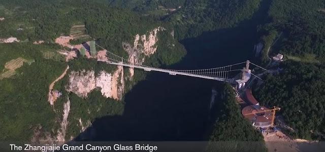 これは怖い!高さ300mにあるガラスの橋をボルボのSUVで渡る!