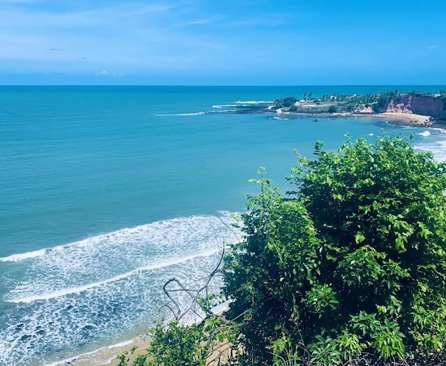 mirante de praia com aguas do mar azuladas