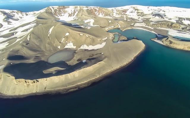 Το εγκαταλελειμμένο νησί στην Ανταρκτική με το ενεργό ηφαίστειο και τις ιαματικές πηγές
