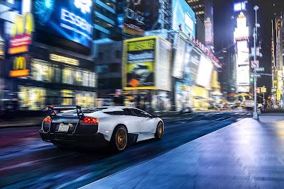Deportivo rápido por una ciudad bien iluminada de noche